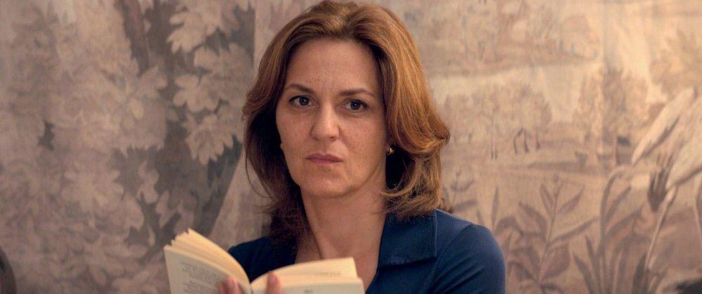 Anna (Martina Gedeck) beobachtet nur still, welche Ungeheuerlichkeiten sich in der Familie abspielen.