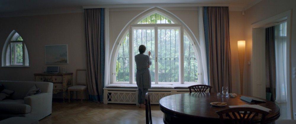 Meist steht Anna (Martina Gedeck) schweigend und rauchend am Fenster.