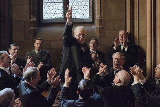Mit dem Victory-Zeichen feiert Winston Churchill (Gary Oldman) schon früh (rhetorische) Erfolge.