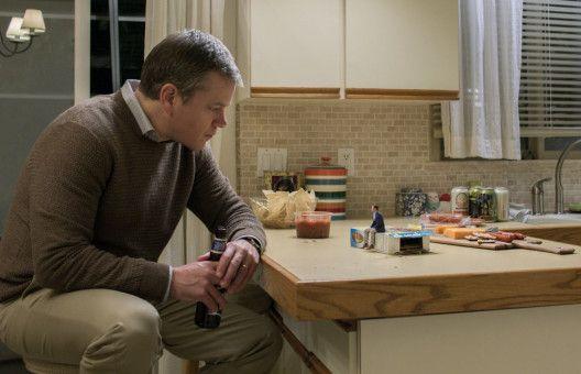Der Körper geschrumpft, das Leben wird groß: Paul Safranek (Matt Damon, links) lässt sich von seinem Schulfreund Dave (Jason Sudeikis) überreden, als Miniaturversion weiterzumachen.