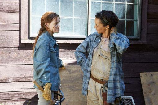 Sarah (Carmen Ejogo, rechts) hat sich mit Mann und Sohn in ein einsames Haus im Wald zurückgezogen. Kim (Riley Keough) und ihr Mann suchen verzweifelt Schutz bei ihnen.