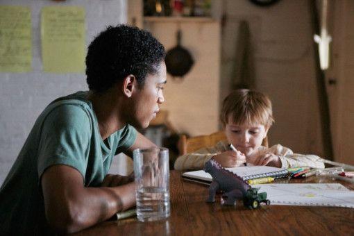 Das junge, Hilfe suchende Paar hat ebenfalls einen Sohn (Griffin Robert Faulkner, rechts), den es mit in das Haus bringt.