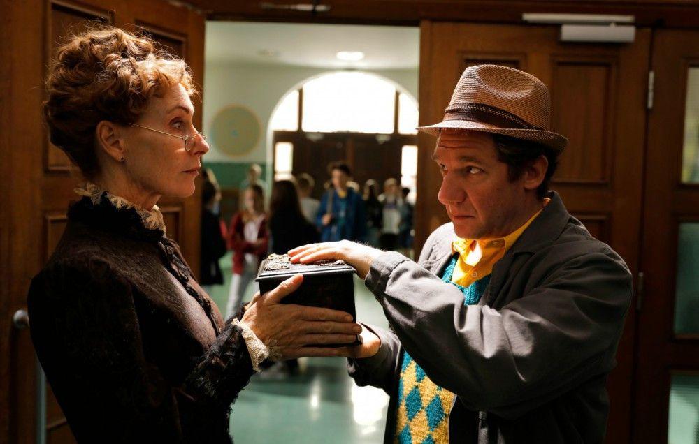 Die wiederauferstandene Hulda Stechbarth (Andrea Sawatzki) zwingt den Hausmeister, ihr zu helfen.