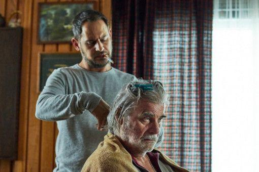 Rickys Vater (Peter Simonischeck, rechts) ist an Demenz erkrankt und muss von Ricky (Moritz Bleibtreu) gepflegt werden.