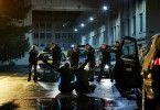 Der Überfall geht schief, Ricky (Moritz Bleibtreu) und Rafael (Edin Hasanovic) werden verhaftet.