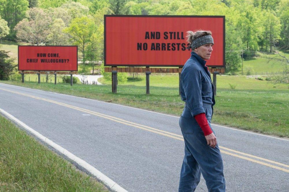 Mit drei provokanten Billboardaufschriften macht die Souvenirverkäuferin Mildred (Frances McDormand) auf das unaufgeklärte Verbrechen an ihrer Tochter aufmerksam.