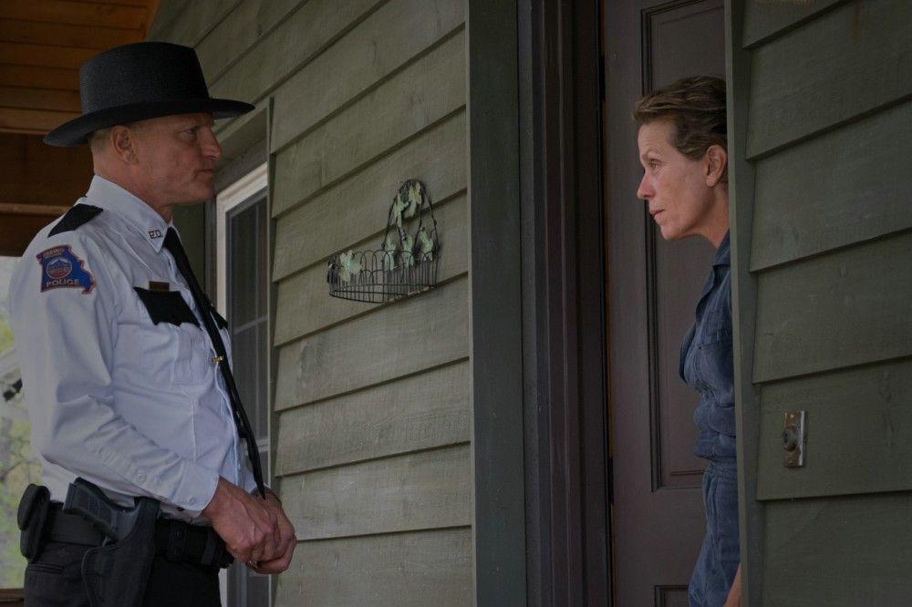 Polizeichef Willoughby (Woody Harrelson) versucht Mildred (Frances McDormand) von ihrem Kampagnenfeldzug abzubringen.