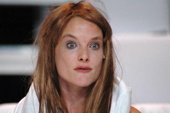 "Anne Ratte-Polle in einer Szene des Theaterstücks ""Heiss"" in Berlin."