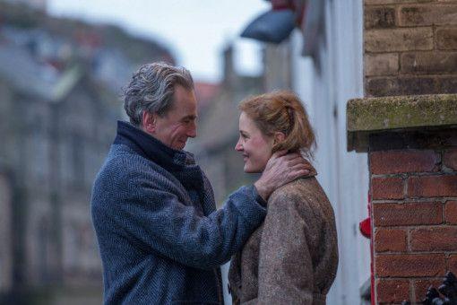 Ein ungleiches Paar: Reynolds (Daniel Day-Lewis) und Alma (Vicky Krieps) können nicht mit-, aber auch nicht ohne einander.