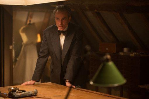 Reynolds Woodcock (Daniel Day-Lewis) ist ein besessener Arbeiter und Modeschöpfer.