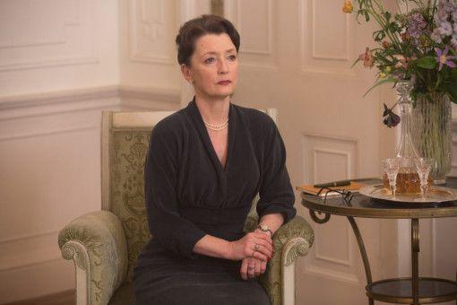 Im Hause Woodcock kümmert sich Reynolds' Schwester Cyril (Lesley Manville) um die Alltagsgeschäfte.