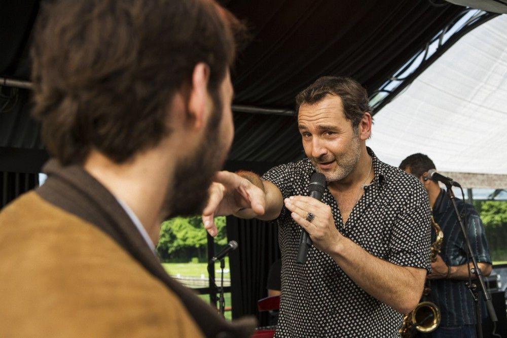 Sänger James (Gilles Lelouche) legt sich mit dem Bräutigam an.