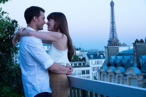 Christian (Jamie Dornan) und Ana (Dakota Johnson) haben tatsächlich geheiratet und reisen für die Flitterwochen nach Europa.