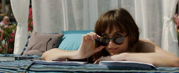 Ana (Dakota Johnson) genießt die Aussicht auf ihren frischgebackenen Ehemann (Jamie Dornan).