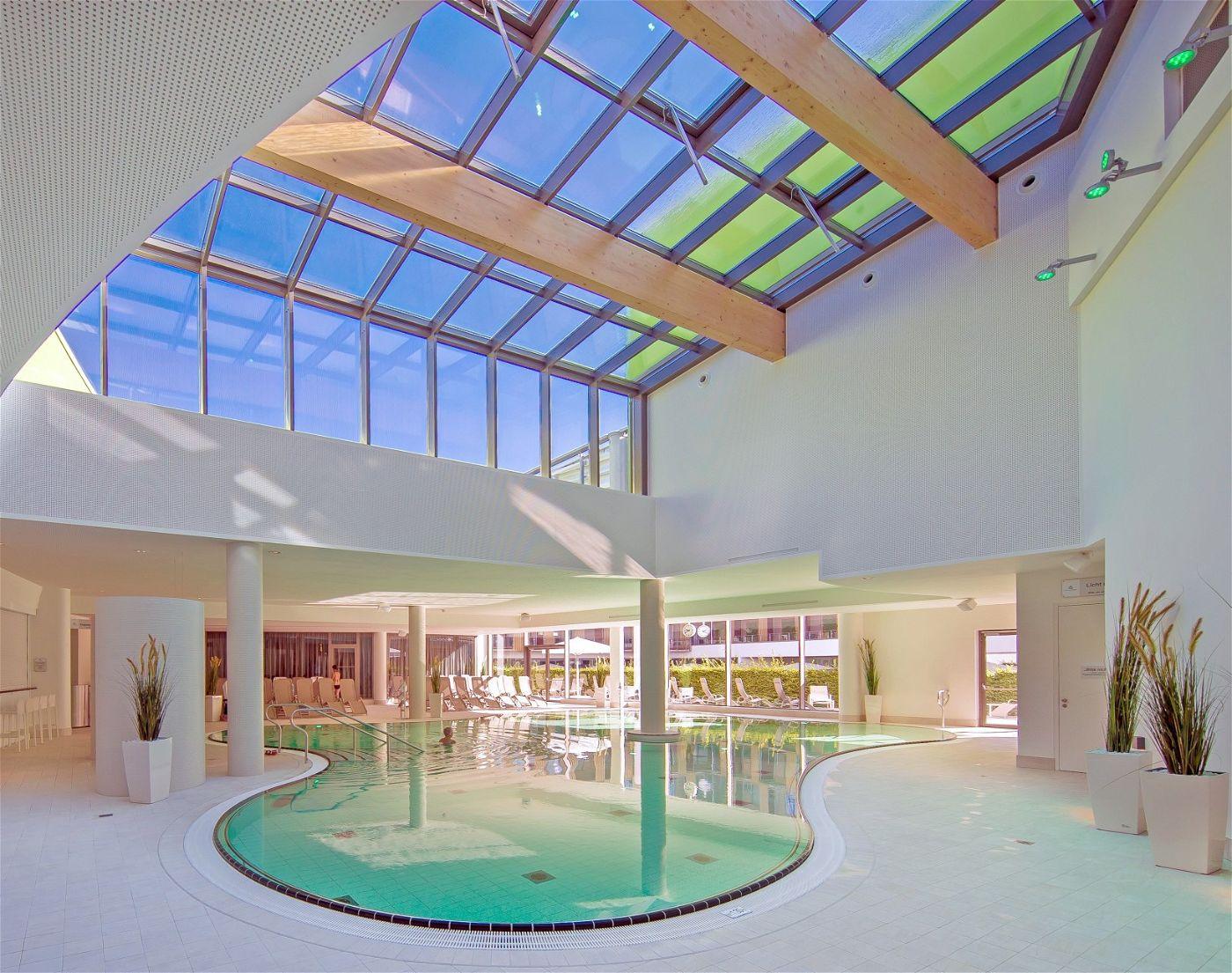In der angeschlossenen Therme können Gäste in bis zu 15-prozentiger Sole schweben.