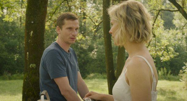 Als Zuchthengst möchte Tobias (Till Firit) nicht mehr herhalten, also läuft er seiner obsessiven Freundin Frida (Katrin Röver) davon.