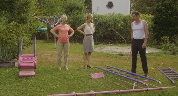 Kurz vor dem Beziehungsaus versucht Tobias (Till Firit) noch, ein Klettergerüst im Garten von Fridas (Katrin Röver, Mitte) Mutter (Ulrike Willenbacher) aufzubauen.