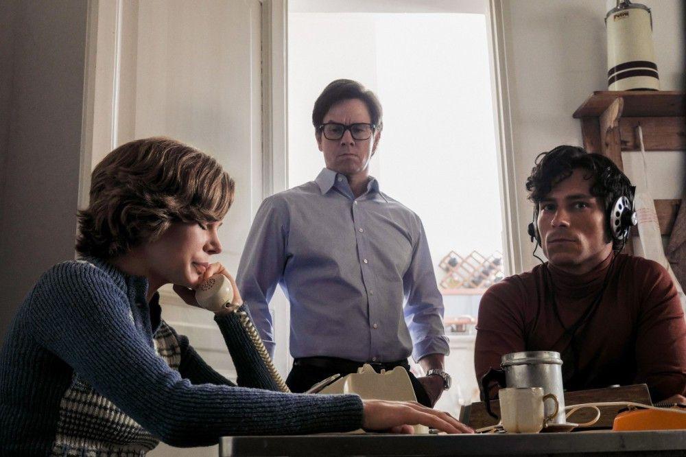 Gail (Michelle Williams) spricht unter Aufsicht des Ex-CIA-Agenten Fletcher Chase (Mark Wahlberg, Mitte) mit den Entführern ihres Sohnes.