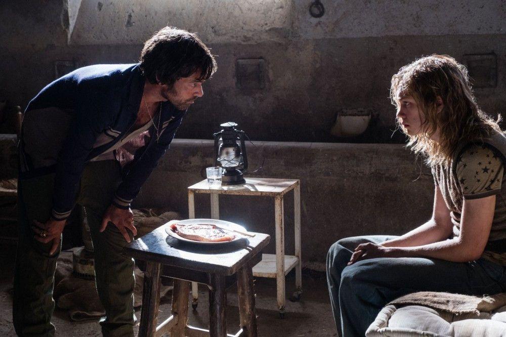 Cinquanta (Romain Duris, links) tut der von seiner stinkreichen Familie im Stich gelassene John Paul Getty III (Charlie Plummer) ziemlich leid.