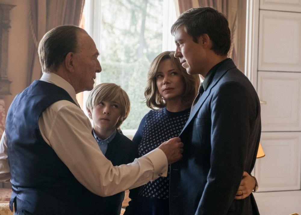 J.P. Getty (Christopher Plummer, links) bietet seinem arbeitslosen Sohn John Paul Getty II (Andrew Buchan), den er Jahre nicht gesehen hat, einen Job in seinem Imperium an.