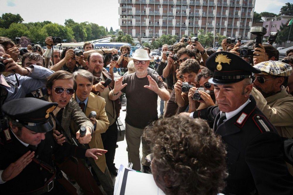 Regisseur Ridley Scott (Mitte) bereitet eine Szene mit der Pressemeute vor.