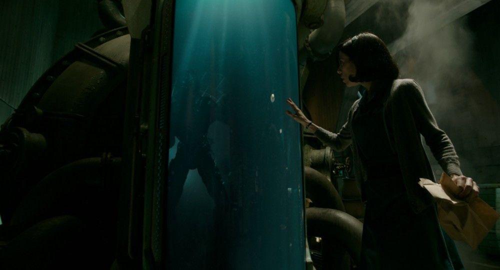 Das mysteriöse Wasserwesen (Doug Jones) wird in der Forschungseinrichtung regelmäßig gefoltert. Putzfrau Elisa (Sally Hawkins) knüpft Kontakt zu der einfühlsamen Kreatur.