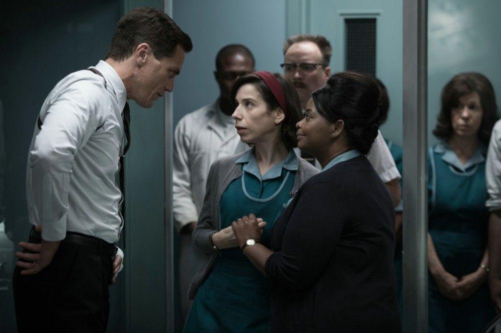 Der Sicherheitschef des Labors, Richard Strickland (Michael Shannon), nimmt sich die Putzfrauen Elisa (Sally Hawkins, Mitte) und Zelda (Octavia Spencer) zur Brust.