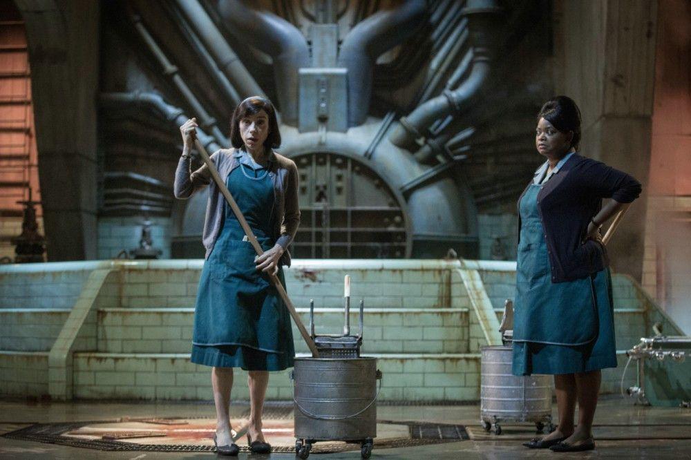 Die stumme Elisa (Sally Hawkins) und ihre redselige Kollegin Zelda (Octavia Spencer) gehen ihrer eintönigen Arbeit in der geheimen Forschungseinrichtung nach.
