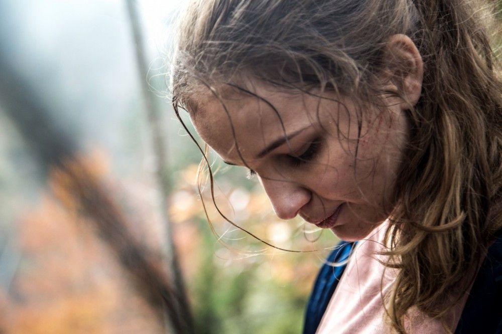 Durch Wälder und über gefährliche Klippen flieht Luna (Lisa Vicari) vor den Killern ihrer Eltern und ihrer kleinen Schwester.