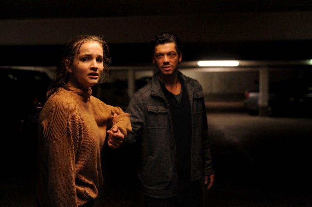 Hamid (Carlo Ljubek) erzählt der ungläubigen Luna (Lisa Vicari), dass ihr Vater sein Leben lang für die Russen spioniert und schließlich von ihnen ermordet worden ist.