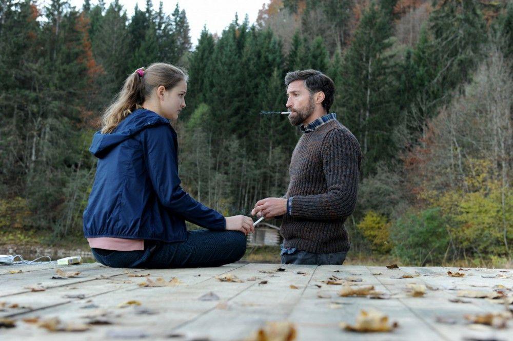 Noch kurz vor dem Attentat hat Luna (Lisa Vicari) mit ihrem Vater (Benjmain Sattler) eine - letzte - Zigarette geraucht.