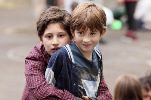 In Florence' Klasse sind auch ihr Sohn Denis (Albert Cousi, rechts) und sein neuer Mitschüler Sacha (Ghillas Benjoudi).