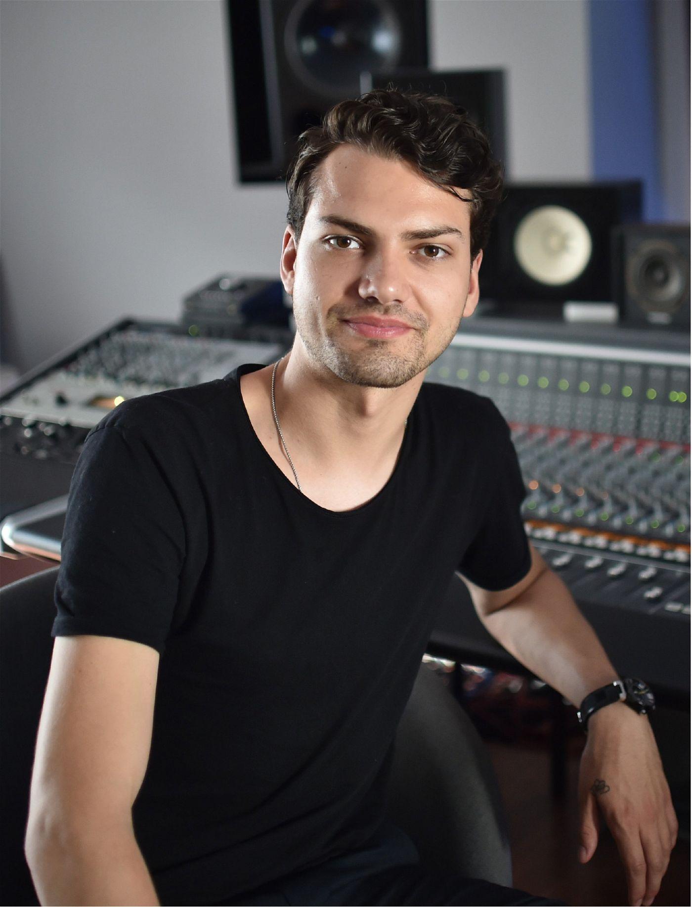"""""""Musik ist ein superwichtiger Teil in meinem Leben. Ich mache Musik seit ich denken kann. Performen, Produzieren – da freue ich mich auf diese Herausforderung, jetzt auch richtig zur Musik Tanzen zu lernen"""", sagt er."""