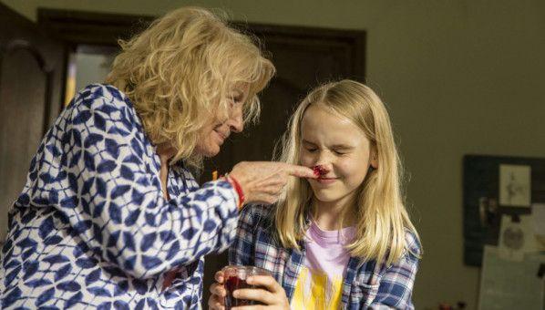 Oma Herta (Maren Kroymann, links) und ihre Enkelin Wendy (Jule Hermann) albern herum.