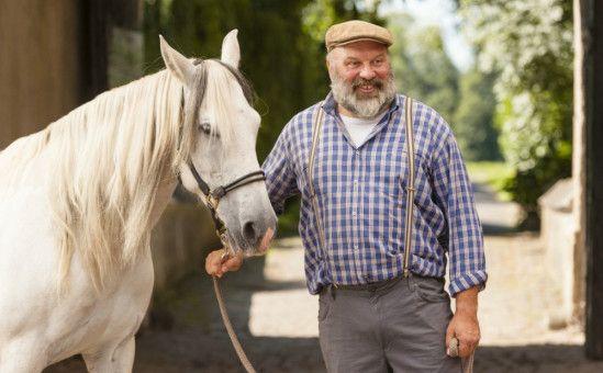 """Metzger Röttgers (Waldemar Kobus) schenkt den Thorsteegs das """"saure"""" Pferd Penelope von der Hohenlohe."""