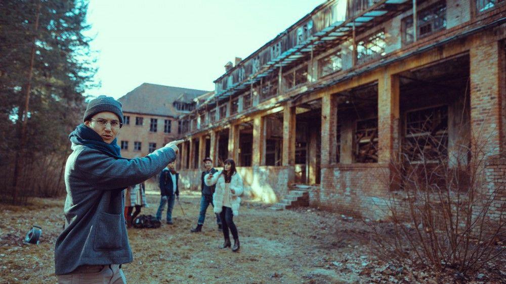 Theo (Tim Oliver Schultz), Betty (Nilam Farooq) und der Rest der Gruppe stellen Kameras auf, um die Heilstätten zu erkunden.