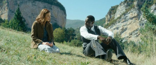 Adèle (Ana Girardot) und Knock (Omar Sy) kommen sich näher.