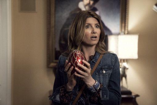 Sarah (Sharon Horgan) und die anderen versuchen mit dem gestohlenen Fabergé-Ei zu entkommen.