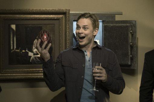 Ryan (Billy Magnussen) stiehlt einfach dreist das kostbare Fabergé-Ei vor den Augen aller Partygäste.