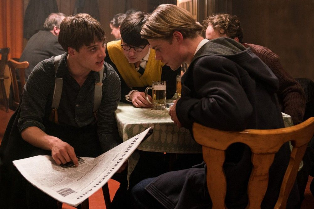 Theo (Leonard Schleicher, rechts), Kurt (Tom Gramenz, zweiter von rechts) und Paul (Isaiah Michalski) erfahren durch Eric (Jonas Dassler, links) von der blutigen Niederschlagung des Aufstands.