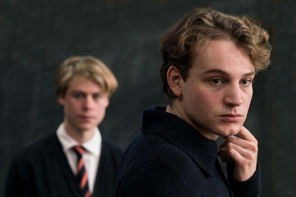 Theo (Leonard Schleicher, rechts) und Kurt (Tom Gramenz) wollen mit einer Schweigeminute der Toten gedenken.