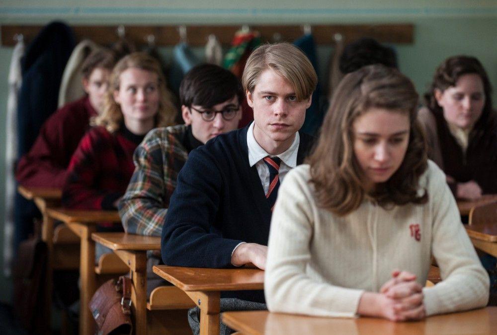 Kurt (Tom Gramenz, Mitte) hält gemeinsam mit seinen Klassenkameraden eine Schweigeminute ab.