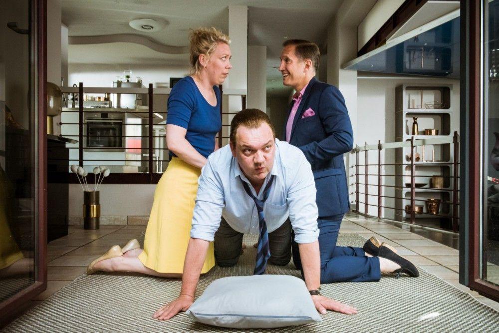 Hinter seinem kaputten Rücken bandelt Richards (Charly Hübner) Frau Luisa (Lina Beckmann) mit seinem Chef Leopold (Benno Fürmann) an.