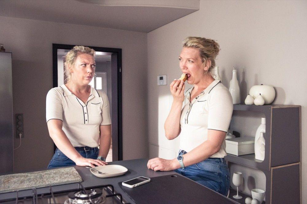 Es ist einfach brillant, wie sich Lina Beckmann als neurotische Luisa (links) und unbedarfte Ann doppelt produziert.