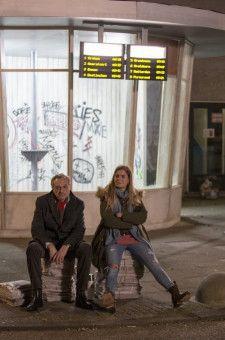 Arthur (Josef Hader) und Claire (Hannah Hoekstra) hocken beieinander, ohne dass sie sich eigentlich näher kommen.