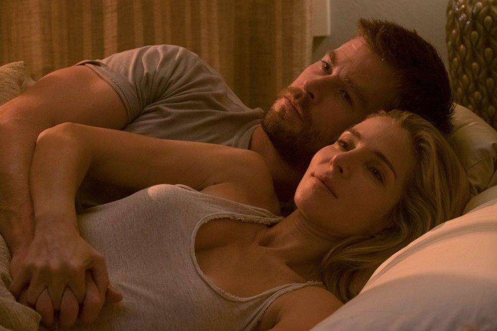 Chris Hemsworth spielt Captain Mitch Nelson, seine Frau wird von Elsa Pataky dargestellt, die auch im wahren Leben Hemsworth Ehefrau ist.