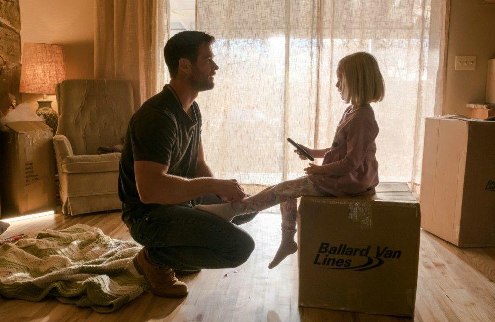 Captain Mitch Nelson (Chris Hemsworth) lässt seine Tochter und seine Frau in den USA zurück, um in Afghanistan in den Krieg zu ziehen.