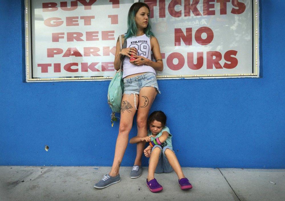 Mit geklauten Eintrittsbändchen für Disney World verdienen Halley (Bria Vinaite) und ihr Töchterchen Moonee (Brooklynn Kimberly Prince) die Miete für eine Woche Motel.