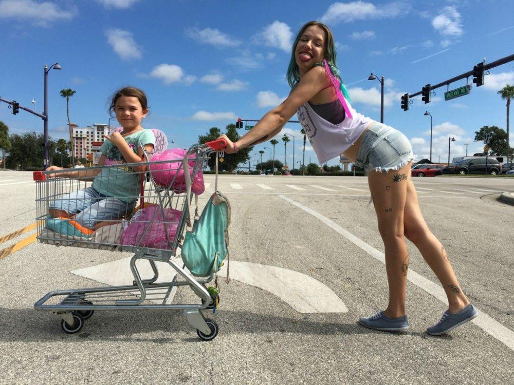 Cinderellas Kürbiskutsche war gerade nicht verfügbar: Moonee (Brooklynn Kimberly Prince) lässt sich von ihrer Mutter Halley (Bria Vinaite) durch die Gegend chauffieren.