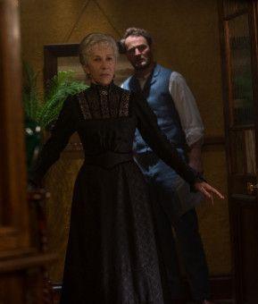 Dr. Eric Price (Jason Clarke) merkt schnell, dass viel mehr hinter den scheinbaren Spinnereien von Sarah Winchester (Helen Mirren) steckt.